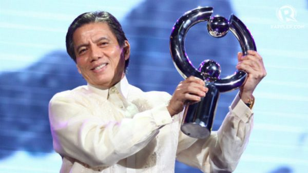 CHESS LEGEND. Eugene Torre holds up his award from the Pagpupugay event at Resorts World Manila in June. File photo by Josh Albelda.